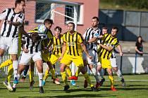 Ve třetím kole se fotbalisté Bedřichova (ve žlutomodrém) dočkali prvního bodu v sezoně. S Okříškami remizovali 1:1.