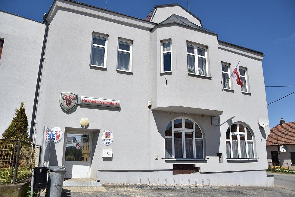 Obecní úřad v Přibyslavicích, uvnitř je společenský sál a také obecní hospoda, která ale prozatím nefunguje