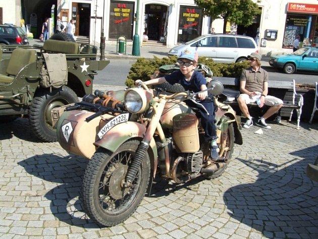 Přijely i staré motocykly. Veterány obdivovaly všechny věkové kategorie, od nejmenších dětí po jejich prarodiče.