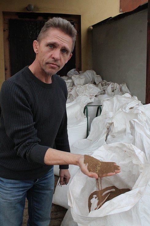 V Jaroměřicích nad Rokytnou podnikatel Ivan Papoušek ve velkém chová čtyři druhy hmyzu. V bílých pytlích je hmyzí trus, který lze využít jako hnojivo.