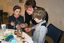 Návštěvníci, dospělí i děti si mohli vyzkoušet zdobení vajíček voskovou technikou, pletení pomlázek či velikonoční tvoření z papíru.