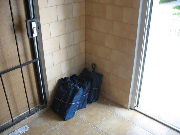 Balíčky s poštovními zásilkami na jednom z třebíčských sídlišť zůstávaly ležet nestřežené na zemi.