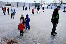 Nová ledová plocha vznikla na hřišti třebíčského baseballového klubu Nuclears.  Pamětníci si vybaví, že se na stejné místo chodilo bruslit již před lety.