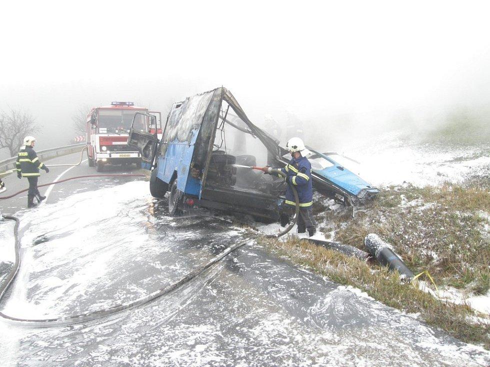 Při požáru Avie u Štěměch explodovala jedna z lahví svařovací soupravy.