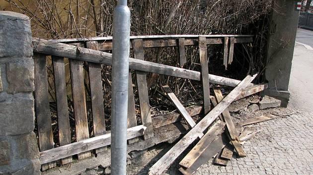 Mladíci kopali do reklamních cedulí, v křižovatce s ulicí Hlavova cloumali dopravní značkou a ničili plot.