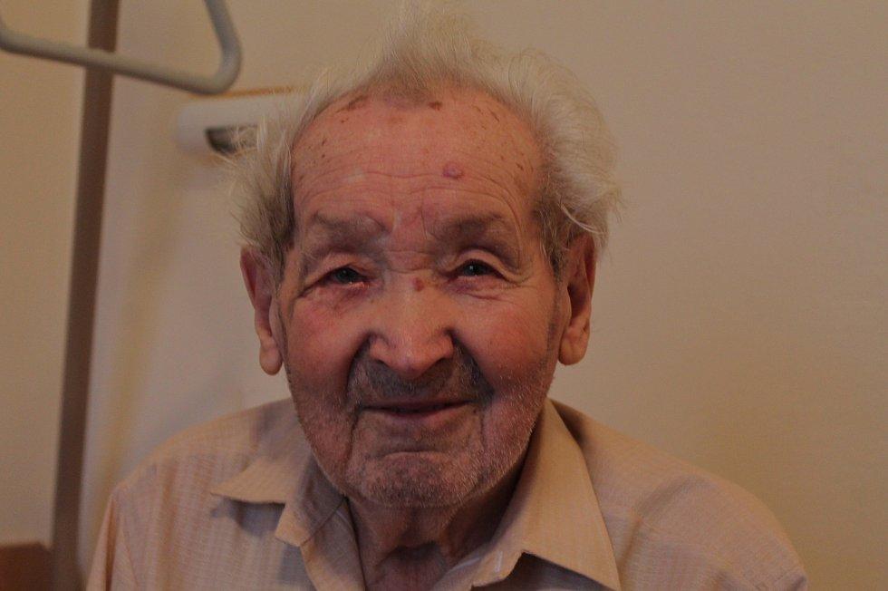 Domov pro seniory v Koutkově ulici v Třebíči je krajské zařízení. Nyní oslavil 20 let existence. V domově žije i 94 letý pan Karel Čech, který se jako mladík osobně znal s Janem Kubišem.