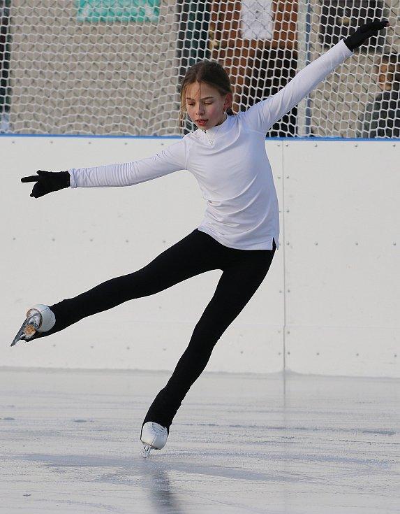 Emílie Dokulilová z Krasoklubu Náměšť nad Oslavou při tréninku na umělé ledové ploše v třebíčském sportovním areálu Na Hvězdě.