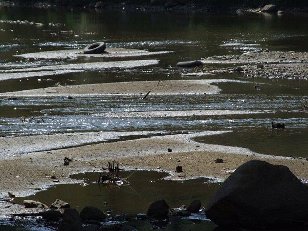 Sluneční žár bere vodu z rybníků, řek i ze studen.
