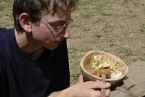 BEZMASÁ STRAVA. Z vlastnoručně vyrobené misky chutná vegetariánské jídlo nejlépe.