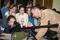 Školáci si mohli prohlédnout i vyzkoušet výzbroj a výstroj vojáků z náměšťské vrtulníkové základny.