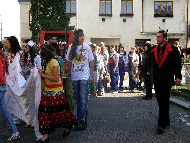 Majáles, to jsou studentské oslavy příchodu máje, oslavy krás studentského života.