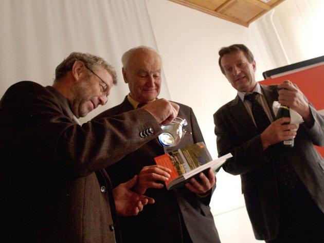 Knihu Jindřicha Smejkala Zaplavené vzpomínky v úterý v Hrotovicích pokřtili autor, nakladatel a zastupci ČEZu.