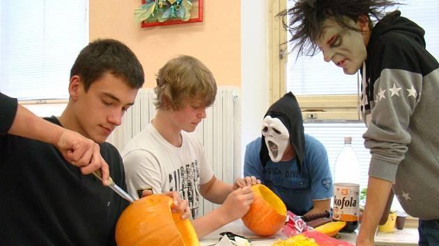Hlavně z fantazie studentů vznikaly nápady, jak si zpestřit vyučování cizích jazyků. Třída 2. A slavila Halloween.