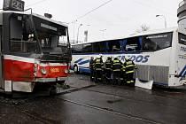 V Praze na Florenci se v pondělí dopoledne srazil zájezdový autobus společnosti Tredos s tramvají. Při nehodě bylo lehce zraněno šest lidí.