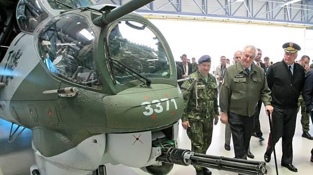 Miloš Zeman na letecké základně u Sedlece.