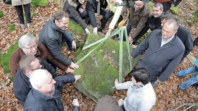 Z lesa poblíž dukovanské jaderné elektrárny ve středu dělníci s pomocí těžké techniky vyzvedli kamenný kvádr, který bude symbolickým základním kamenem pátého bloku elektrárny.