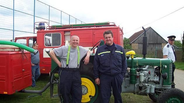 Požární přívěs přemísťují hasiči z Vícenic pomocí traktoru jednoho z členů.