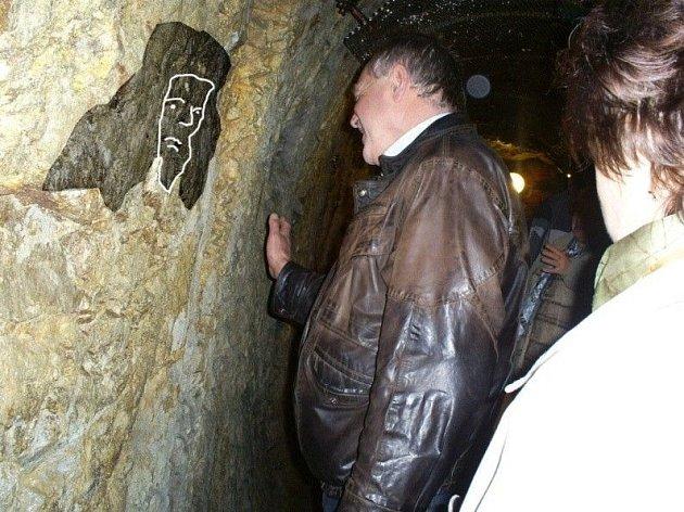 Jedna z tváří, které lze spatřit v jihlavském podzemí v místech známé světélkující chodby (graficky zvýrazněno).