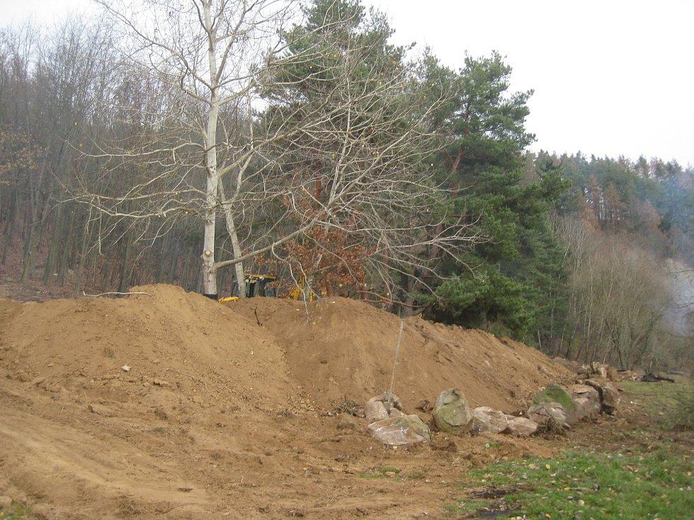 Na Lavičkách u Dalešické přehrady se odehrály velké zemní práce. Úředníci je nyní přerušili.