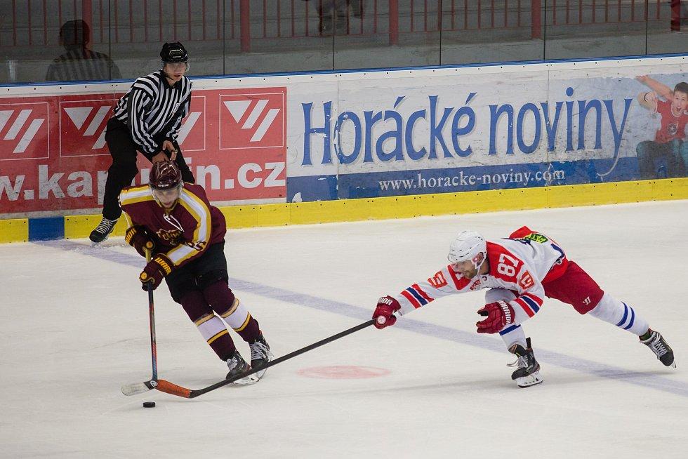 Hokejisté Třebíče (v bílém) hostili v rámci přípravy rivala z Jihlavy, který si domů odvezl výhru 5:3.