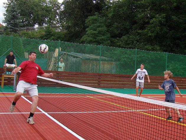 Nové hřiště v Lesonicích otevřel turnaj v nohejbalu.