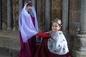 S královskou korunou na hlavě mohou zájemci zapózovat před hlavním vstupním portálem baziliky.