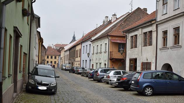 Židovská čtvrť v Třebíči bez aut. Nový parkovací systém začne fungovat příští