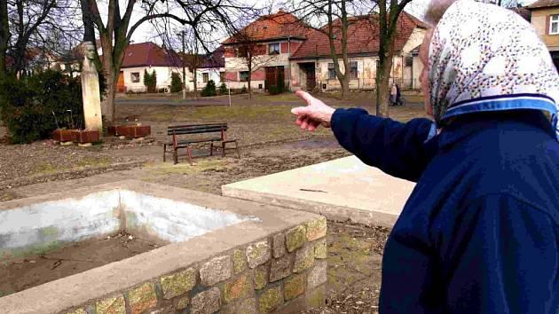 Tam bude. Obyvatelka Čáslavic ukazuje místo, kde by mohla po rekonstrukci stát ojedinělá barevná barokní socha svatého Jana Nepomuckého.