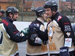 Sedm branek nasázeli hokejbalisté přibyslavické Slzy Hustopečím na jejich hřišti.