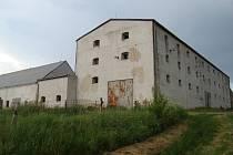 Budovy v Římově Vískách využívalo v minulosti Zemědělské družstvo z Čáslavic, později soukromá společnost zabývající se výrobou krmiv. Areál s rozbitými okny a budovami zarostlými nálety mají brzy oživit senioři.
