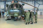 Z návštěvy vojenských a leteckých přidělenců na 22. základně vrtulníkového letectva.