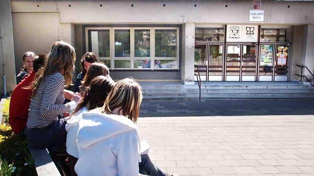 Akční scény ve škole. Žáci ZŠ Bartuškova natočili drsný klip, který byl označen za násilí.