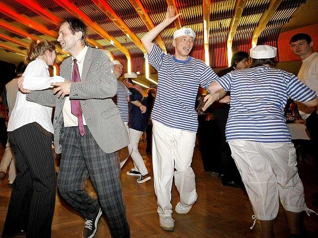 Tradiční ples pro své členy a sympatizanty pořádal v sobotu v sále třebíčského Fóra tamní Společnost pro podporu lidí s mentálním postižením.