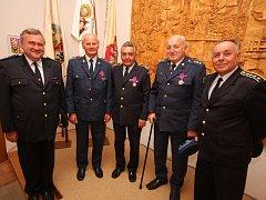 Nejvyšším titulem Zasloužilý hasič se nyní mohou pochlubit Vojtěch Havránek z Horních Lohtic (na snímku druhý zleva), Václav Hess z Třebíče (na snímku uprostřed) a František Kalina z Horních Lhotic (na snímku druhý zprava).