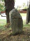 """""""V knize Památné kameny tento kámen uvádíme jako ztracený. Na upozornění jednoho čtenáře jsme ho našli na soukromém pozemku. Po domluvě s majiteli a za pomoci mužů z Račerovic jsme kámen usadili v obci,"""" řekl Emanuel Nožička."""