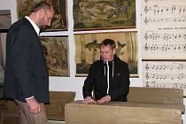 Na nové stálé výstavě v třebíčském předzámčí je krom dílen modistky, prádelny, barvíře, perleťáře, sedláře či perníkáře k vidění také stará školní třída s lavicemi.