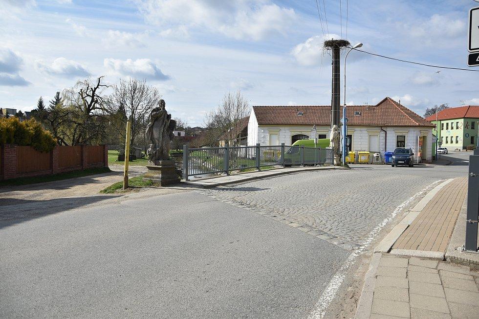 Socha sv. Jana Nepomuckého stojí na jednom konci mostu přes Stařečský potok.