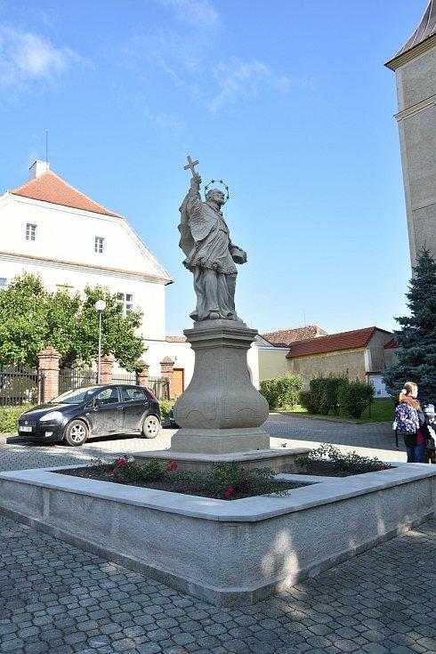 Socha sv. Jana Nepomuckého v centru městyse u základní školy
