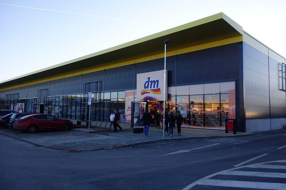 V nově postaveném křídle nákupního centra Stop Shop v Třebíči už otevřela drogerie dm, brzy přibudou  další značky.