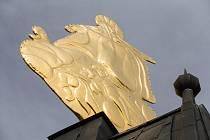 Pozlacená korouhev na věži kostela v Budišově na Třebíčsku.