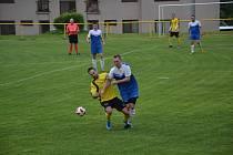 Jedním zklíčových hráčů zápasu byl kněžický Filip Salák (v modrém dresu). Vstřelil dva góly.