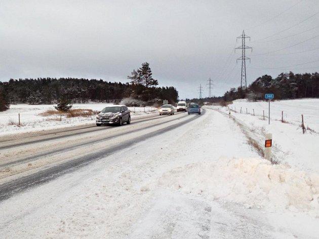 Sníh na silnicích Třebíčska.