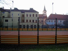 Za školou Havlíčkova a hřištěm bude moci už v příštím roce vznikat tělocvična. I díky přístupu církve.