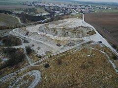 Čikov - pohled na zavážený pozemek přebytečnou zeminou z rekonstruované D1 shora.