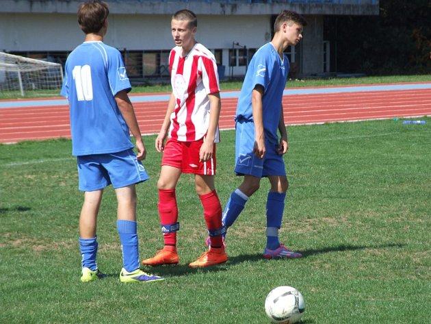 Mladší dorostenci HFK Třebíč (v červeném) nezvládli začátek zápasu proti Blansku a už po čtvrthodině hry prohrávali 0:3. Tuto ztrátu domácí mladíci už nedohnali a vysoko prohráli.