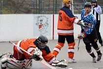 Hokejbalisté Přibyslavic (s číslem 18) vedli v Jihlavě, ale s Flyers nakonec prohráli na samostatné nájezdy. Slza ještě před tím prohrála na půdě favorizovaného Starého Brna.