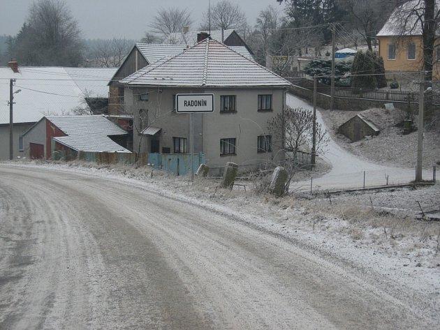 Jedinou obcí se sněhovou pokrývkou na Třebíčsku je zřejmě Radonín. Sníh tam napadl v noci ze soboty na neděli.