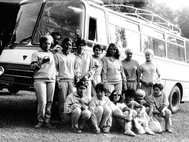 Menší výpravy (například borovinské házenkářky) využívaly tzv. midibusy či minibusy. Na fotografii z přelomu 80. a 90. let jsou zachyceny házenkářky před rumunským TV 71-R. V Československu to byl velmi málo vídaný midibus.