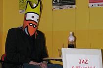 Na besedu do třebíčské knihovny přijel autor komiksu Opráski sčeskí historje.