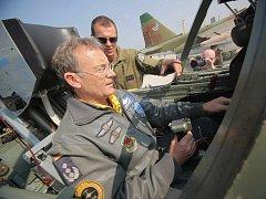 Více než jeden tisíc příslušníků armád 16 států se bude účastnit cvičení vzdušných sil NATO Ramstein Rover 2012. Ve středu se vojáci slétali na Vysočinu na vojenskou leteckou základnu v Náměšti nad Oslavou na Třebíčsku.